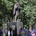Памятник святому Лаврентию в парке