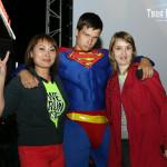 Участники караоке и Супермен на показе Ростелекома