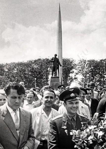 Гагарин на площади Мира