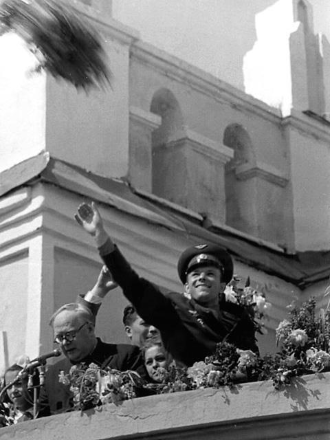 Гагарин с букетом